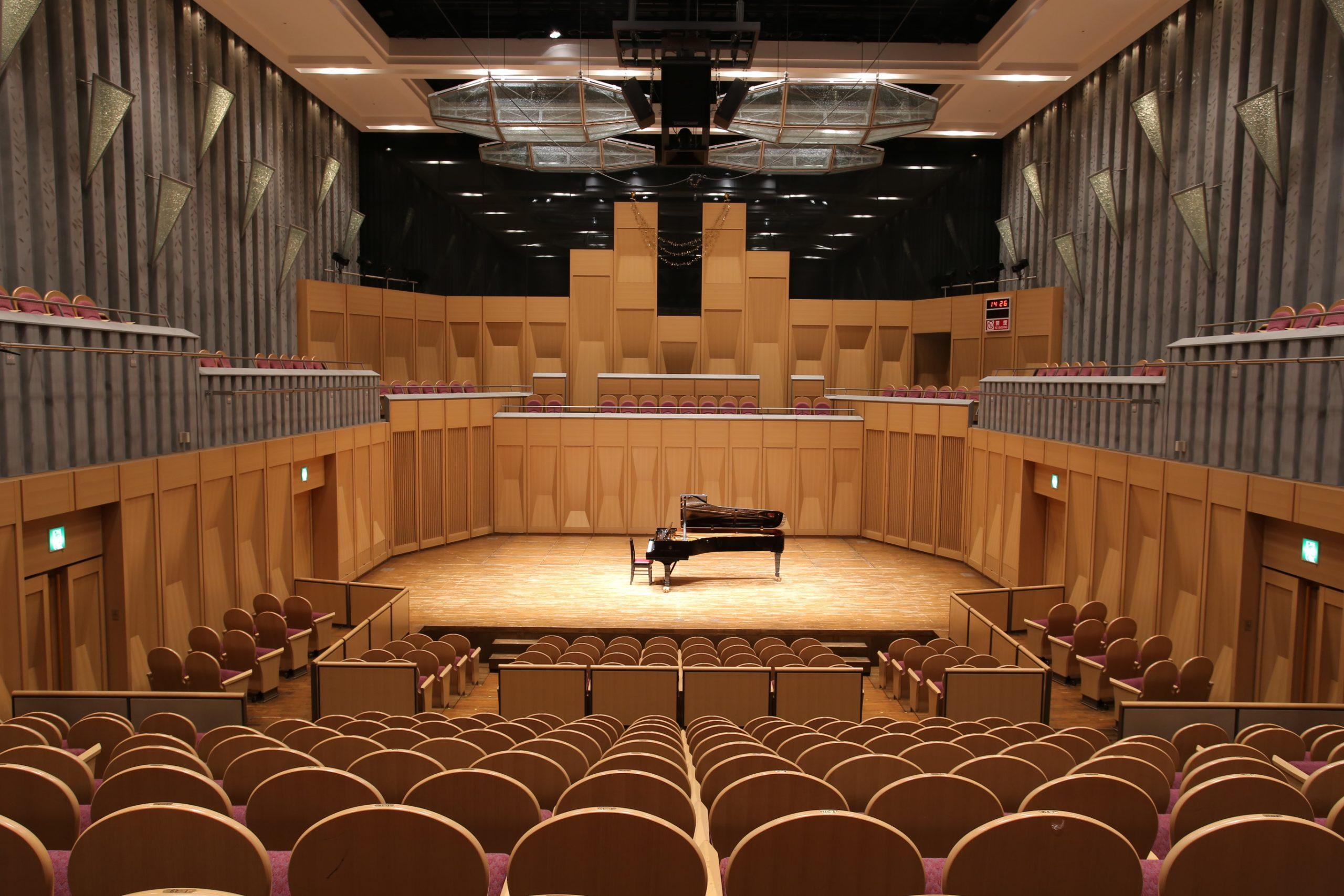 ホール舞台全景の写真